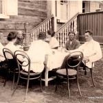 Lydia Rauschenbach mit Kindern und dem Gutsverwalter beim Samowar